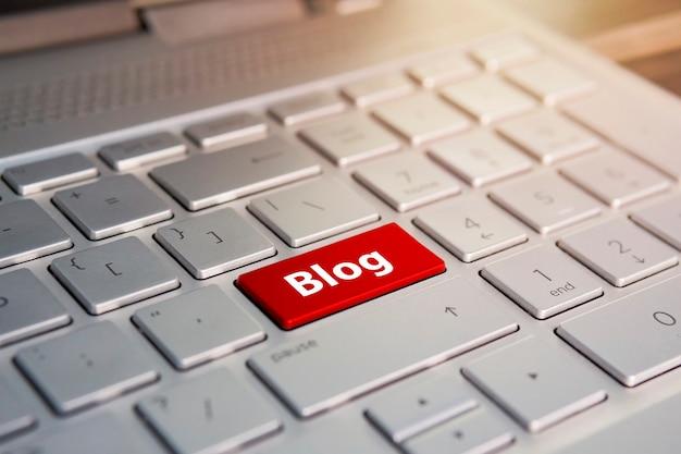 Toetsenbord close-up. blogconcept, kleurknop op het grijze zilveren toetsenbord van moderne ultrabook. bijschrift op de knop