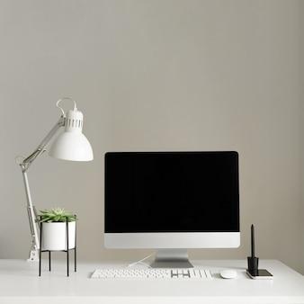 Toetsenbord, muis, computerscherm met zwart leeg scherm.