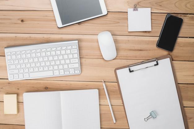 Toetsenbord, muis, tablet, en de checklist