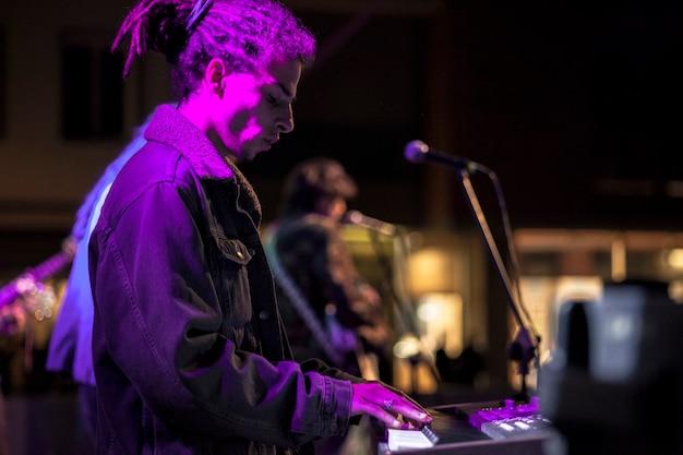 Toetsenist in de spotlight tijdens live optreden