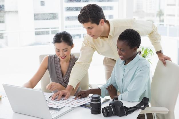 Toevallig commercieel team dat laptop samen bekijkt
