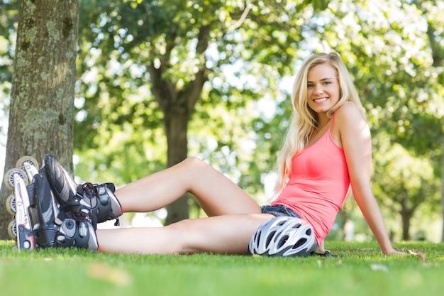 Toevallig glimlachend blonde die rolbladen dragen