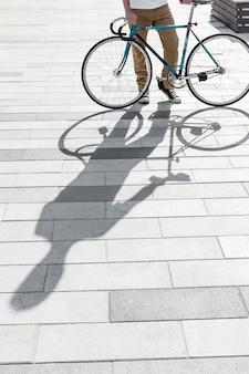Toevallig mannetje dat zijn fiets in openlucht controleert