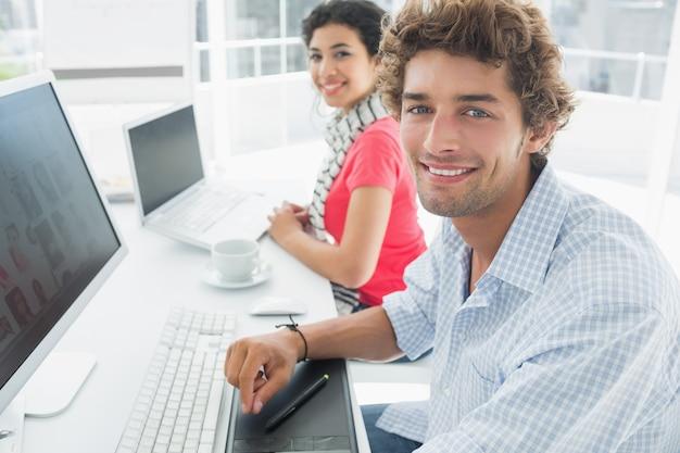 Toevallig paar dat computers in bureau met behulp van