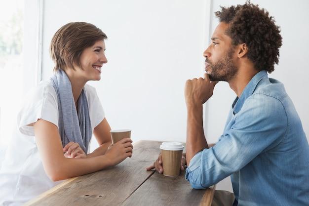Toevallig paar dat koffie heeft samen