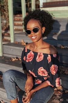 Toevallige afrikaanse vrouw die zonnebril draagt