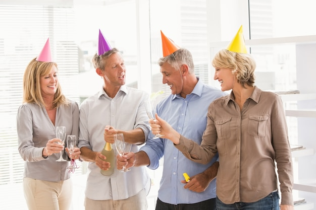 Toevallige bedrijfsmensen die en verjaardag roosteren vieren