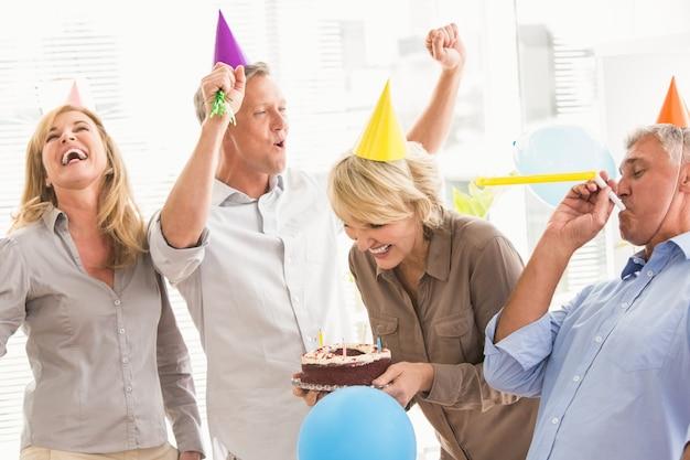 Toevallige bedrijfsmensen die verjaardag vieren en pret hebben