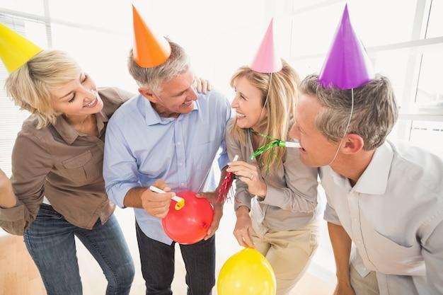 Toevallige bedrijfsmensen die verjaardag vieren