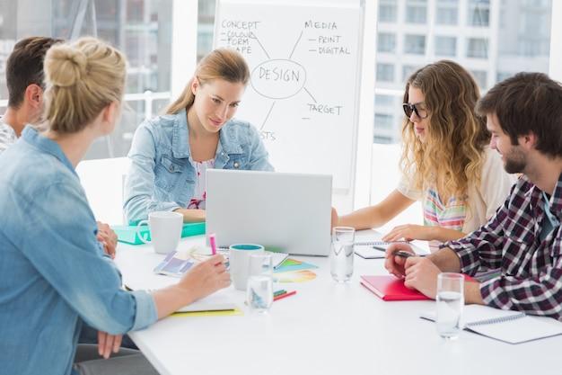 Toevallige bedrijfsmensen rond conferentielijst in bureau