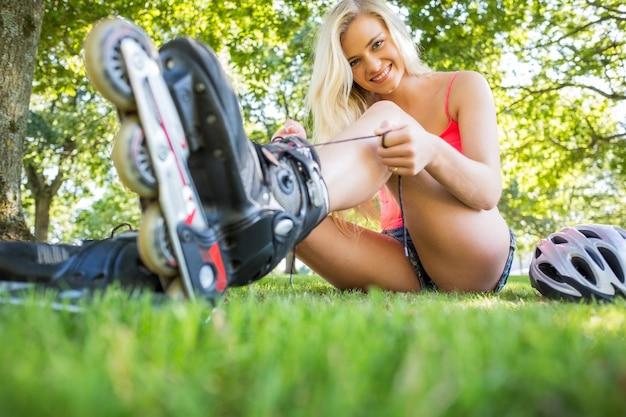 Toevallige gelukkige blonde bindende schoenveters van rolbladen