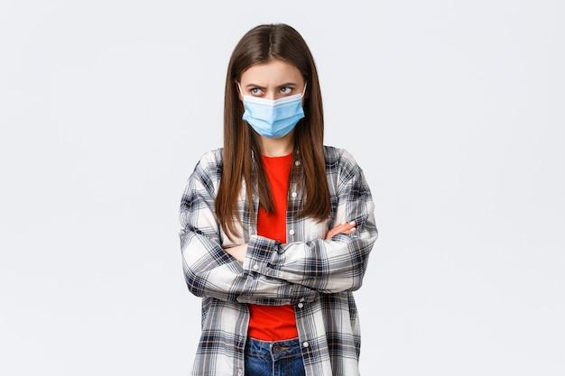 Toevallige jonge vrouw die beschermend masker draagt