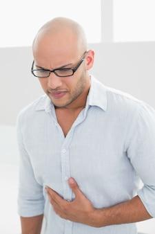 Toevallige mens die aan borstpijn thuis lijdt