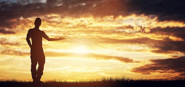 Toevallige mens die zich voor de hemel bevindt die net richt