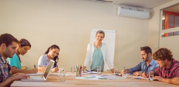 Toevallige onderneemster die presentatie geeft aan haar collega's