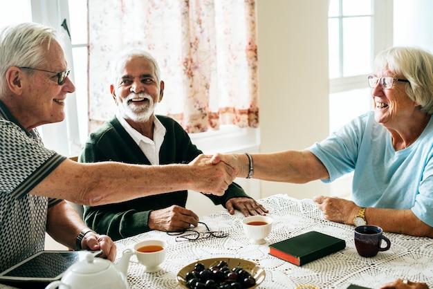 Toevallige oudsten die handen schudden