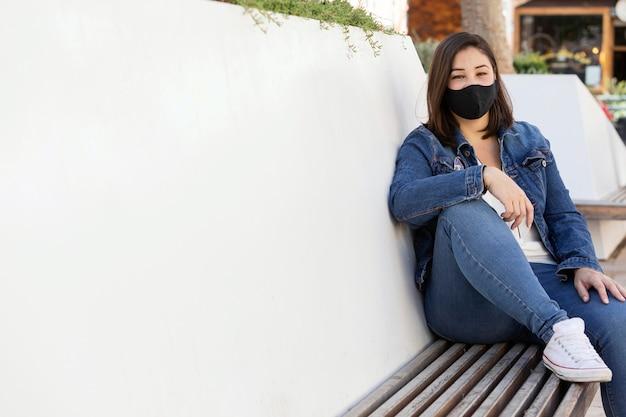 Toevallige tiener die buiten een gezichtsmasker draagt