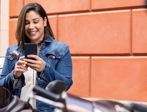 Toevallige tiener die haar telefoon doorbladert