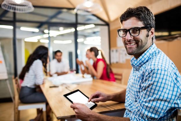 Toevallige zakenman die een tablet gebruikt