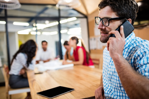 Toevallige zakenman die een telefoongesprek maakt