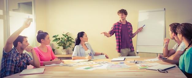Toevallige zakenman die presentatie geeft aan zijn collega's