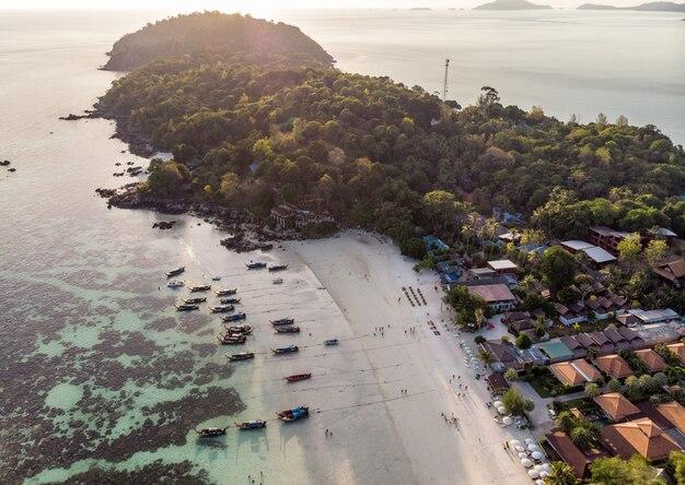 Toevlucht op het strand met houten langestaartboten in tropische overzees bij lipe eiland