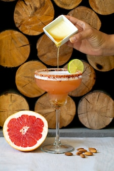 Toevoegen van siroop indi citroen grapefruit cocktail.