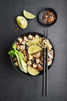 Tofu aziatische vegetarische soep geserveerd in kom