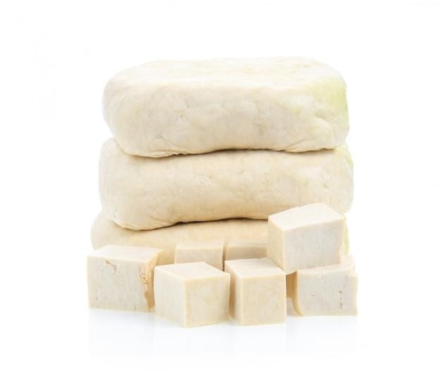 Tofu die op witte oppervlakte wordt geïsoleerd