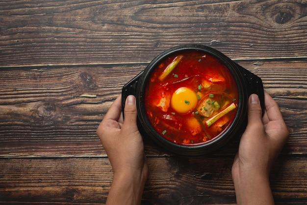 Tofu en eigeel gekookt in pittige soep
