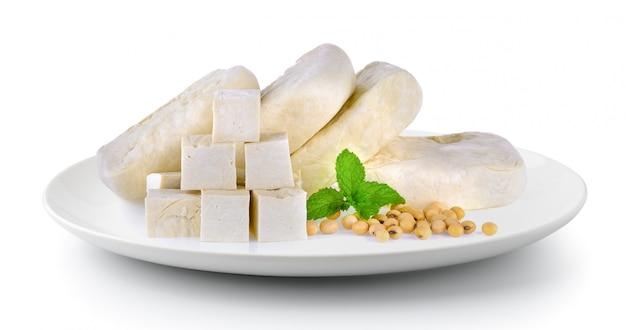 Tofu soja en munt in plaat geïsoleerd op een witte achtergrond