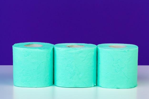 Toiletartikelen. rollen groen toiletpapier op paars
