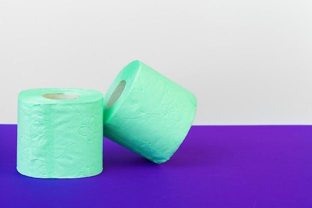 Toiletartikelen. rollen groen toiletpapier