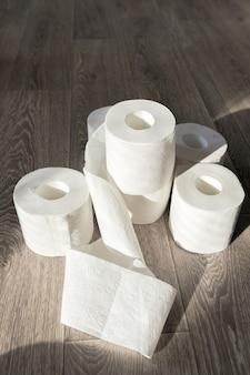Toiletpapier op houten achtergrond