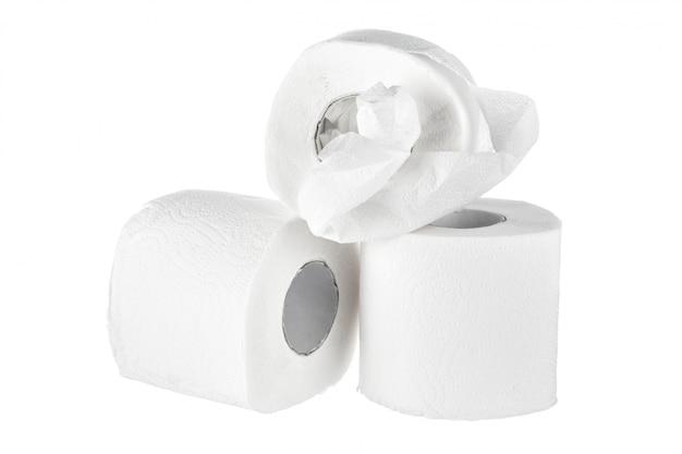 Toiletpapier op wit wordt geïsoleerd dat