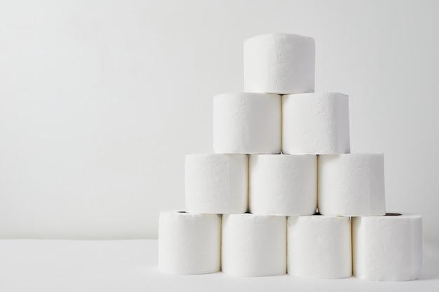 Toiletpapier op witte achtergrond. de paniek van de coronavirusepidemie