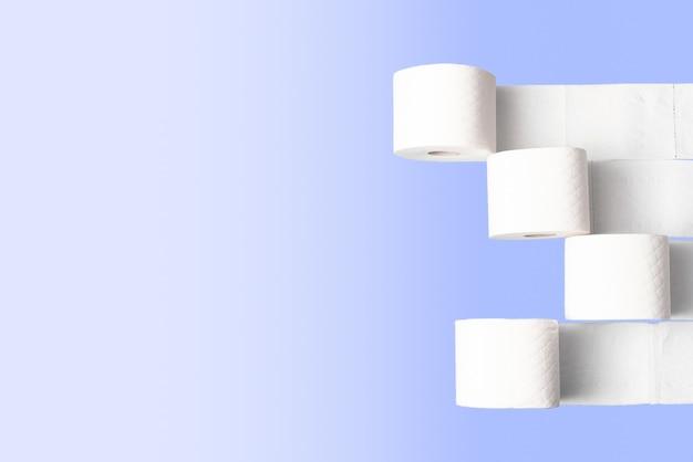 Toiletpapier rolt op een lichtblauwe achtergrond