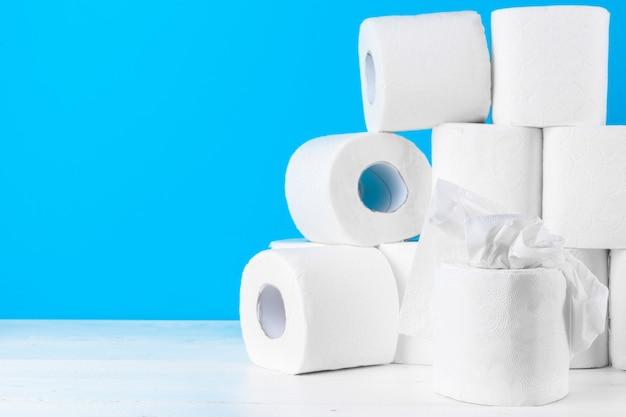 Toiletpapier. sluit omhoog op blauw