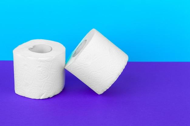 Toiletpapierbroodjes op witte lijst met purple worden geïsoleerd die