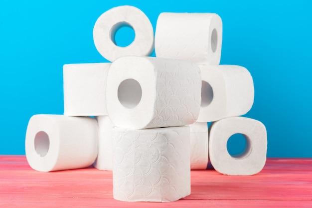 Toiletpapierrollen tegen blauw worden gestapeld dat