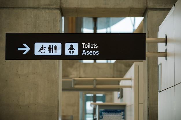 Toiletteken richting op luchthaven