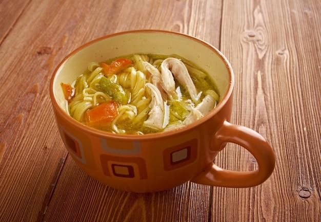 Tokmach - tartaarse traditionele kippensoep met noedels. oosters gerecht