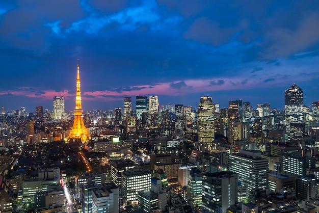 Tokyo bij nigh-mening van de toren van tokyo, de stadshorizon van tokyo, tokyo japan