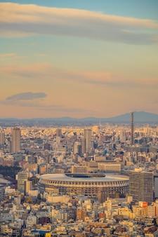 Tokyo, japan - 5 december 2019: het nieuwe nationale stadion, olympisch stadion in tokio, japan vanaf bovenaanzicht bij zonsondergang