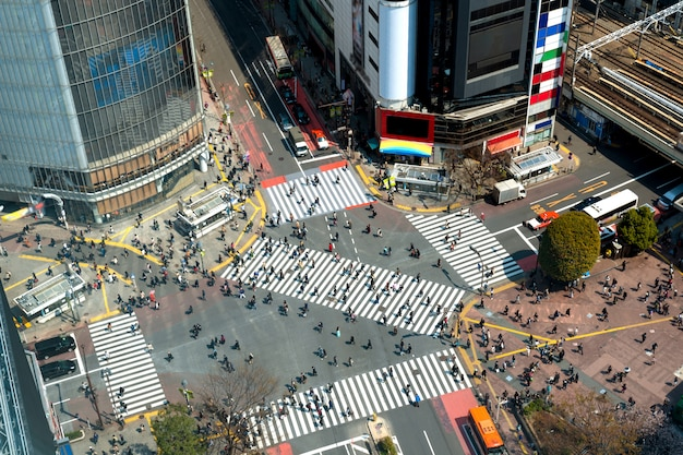 Tokyo, japan weergave van shibuya crossing, een van de drukste oversteekplaatsen in tokio, japan.