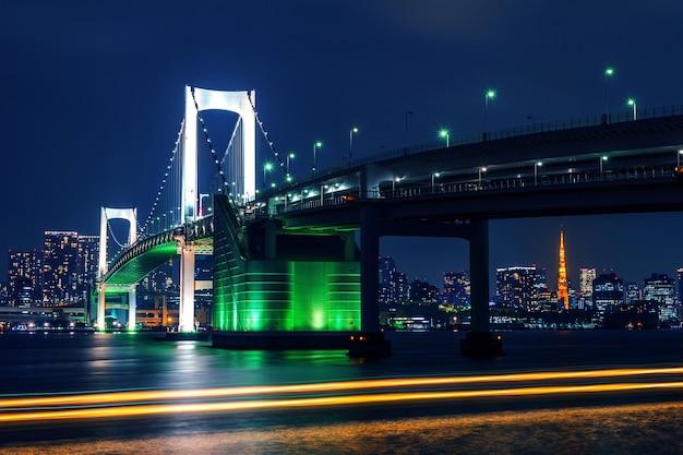 Tokyo skyline met rainbow bridge en tokyo tower. tokio, japan.