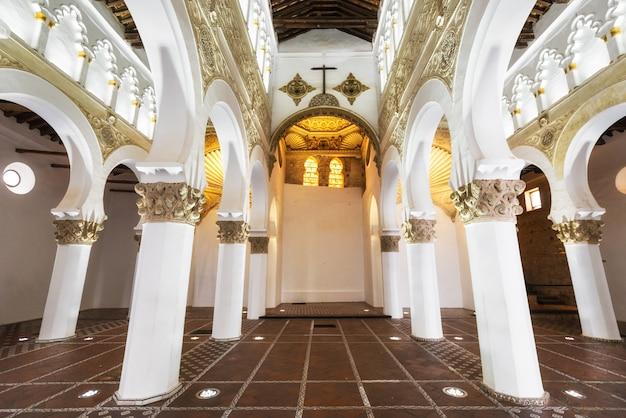 Toledo, spanje - binnenlandse synagoge van santa maria la blanca in toledo, spanje.