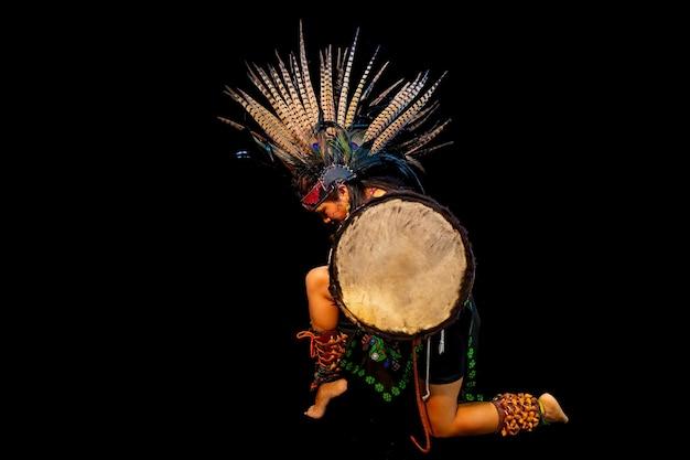 Tolteken op zwarte achtergrond met traditionele kledingsdans met attributen met veren en drum