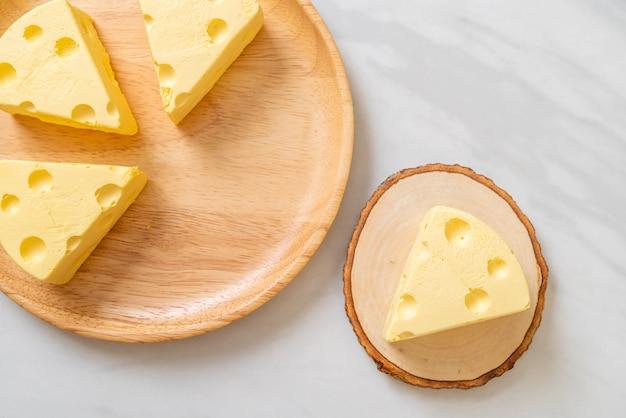Tom & jerry cheesecake op houten plaat