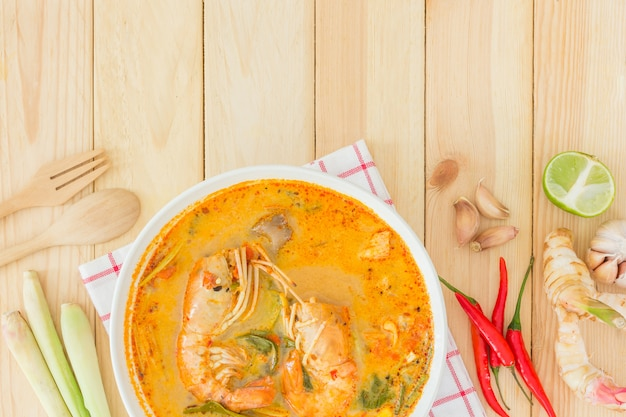 Tom yam kong of tom yum, is een pittige heldere soep die typerend is voor thailand